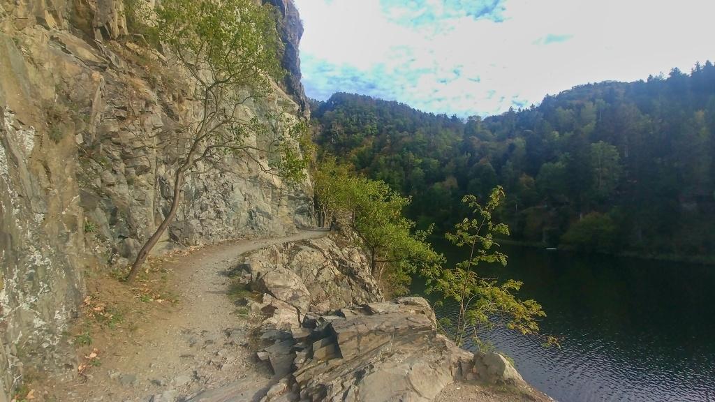 A krásná stezka pár metrů nad řekou