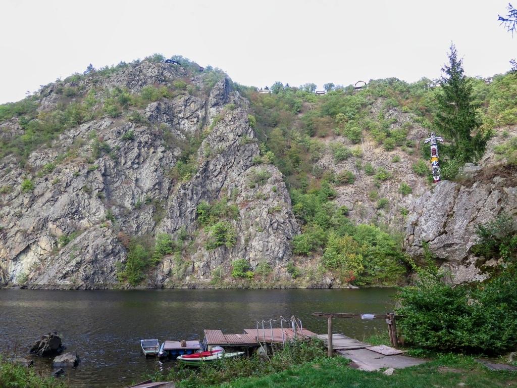 Na protějším břehu je nahoře Smetanova vyhlídka