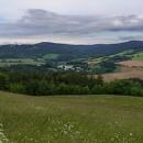 Nad Sobkovicemi - výhled na naši slavnou tajnou těchonínskou nemocnici a taky je odsud vidět v lesích naše Lesovna. Nalevo v dálce Králičák, napravo Suchák. Tenhle pohled se taky neokouká :-)