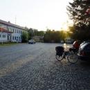 A mezitím dojel do Přibyslavi i Pavel. Zaparkoval u vlakového nádraží...