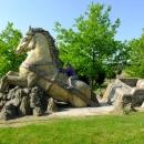 Betonová socha koně, kterému povoz zapadl do bahna, se nachází asi kilometr od Hamroně.
