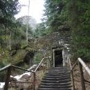 Vstup do centra skalního města střeží brána