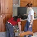 Kuchyň a moje kuchařky :-) Výsledně jsme ten puding dělal stejně já :-(