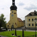 Půvabný bachratý kostelík naproti hradu