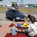 Na maďarské benzínce kdesi cestou. My obědváme a Láďa pigluje auto :-)