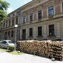 Zajímavé řešení vytápění dřevem ve městě Sisak. Někde se skladovat a sušit musí.