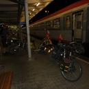 Na nádraží ve Villachu vystupujeme v půl jedenácté v noci.