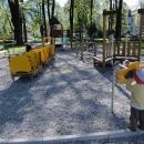 Dětské hřiště - zaujaly nás zejména ty telefony v květince - děcka se slyšela z jednoho konce hřiště na druhý.