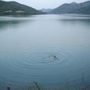 Večerní koupel v Gazivodském jezeře v Kosovu