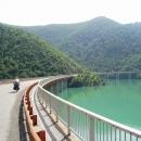 Četné mosty podél Gazivodského jezera