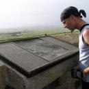 Nahoře na památníku je schéma bitvy a výhled do širého kraje