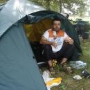 Kempujeme u tábora pod ochranou vojáků, k snídani si Pavel dává český salám Bivoj