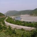 Široké koryto řeky (ta železnice už nefunguje, občas už i chybí pražce)