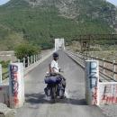 Pavel před mostem přes řeku
