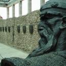 Skendenberg – štíty v pozadí znamenají jeho bitvy (až na dvě vyhrané)