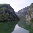 Cesta podél přehrady na Drině