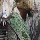 Vchod do jeskyně vede netradičně po úzkém chodníčku nalepeným na skále