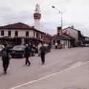 Novi Pazar. Stará mešita a krámkový mumraj okolo