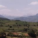 Sjíždíme do Berane (dříve Ivangrad). Ty hory jsou pohoří Prokletije.
