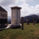 Ještě jeden pohled na pomníček a hory v Kosovu