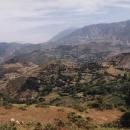 Výhledy. Toto je typická krajina v Albánii. Barevné skály bez lesů.