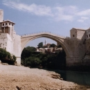 Staronově postavený most přes Neretvu.