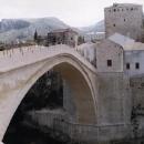 Detail mostu, který dělá Mostar Mostarem.