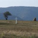 Osamělý křížek na poli u Svaté Heleny