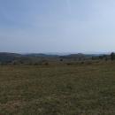 Typická krajina Banátu, kdysi tu byly husté bukové lesy, dnes tu jsou pole