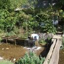 Z jeskyně vytéká potok, zdroj vody pro vesnici, i my se můžeme příjemně osvěžit