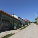 Zdobené domy Gerníku. Hlavní ulice je tu již léta asfaltová.