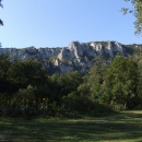 Po obou stranách údolí řeky se bělají vápencové skály