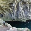 Lacul Dracului. Ta díra vlevo je vchod do jeskyně