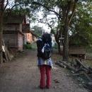 Procházíme dvorem usedlosti na hřebeni