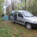 Mysleli jsme, že do Banátu stihneme za jeden den dojet autem. Nechtěli jsme do vesnice přijet pozdě večer, proto jsme asi 50 km před cílem lupli autem do lesa a přenocovali ve stanu.