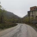 Za Moldova Noua. Původní představa, že budeme mezi vesnicemi přejíždět po polních cestách vzala brzy za své. Cesty mezi vesnicemi skrz hory jsou pro bahno na podzim neprůjezdné.