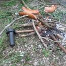 Dokonce i ohýnek si děláme. Jenom jak pořád prší, dřevo nám nehoří, tak mu musíme pomoci rozfoukáváčem na vařič-dřívkáč.