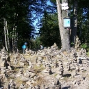 Vrchol Tanečnice (1.084 m.) zdobí kamenní mužici