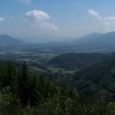 Výhledy na hustě osídlené údolí pod Beskydami, v dáli Lysá hora