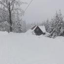 Masarykova chata na hřebeni nedaleko Bumbálky není pod sněhem skoro vidět