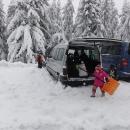 V pátek se přesunujeme na Gruň, na Masaryčce mají na víkend plno. Auto musíme vykutat ze sněhu.