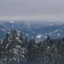 A k Masarykově chatě a sjezdovce Kléma (ta bílá planina na hřebeni vlevo)
