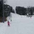 SKI Park Gruň, poslední den lyžování. Šárka už jezdí sama na vleku.