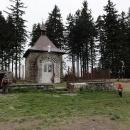 V sedle pod Muřinkovým vrchem stojí kaplička se studánkou. A také je tu krásné tábořiště s ohništěm.