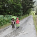 Děti a obrovské lopuchy v údolí Nytrové