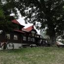 Turistická chata na Slavíči patří k vyhlášeným turistickým chatám Beskyd. Je tady krásně, ale po jídle jdeme dál...