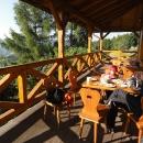 Snídaně na terase s výhledem na Horní Lomnou