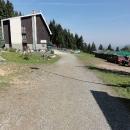 Turistická chata Kozubová leží kousek pod vrcholem a výhled má lepší