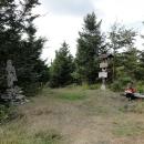 Vrchol Ropice(1081 m) je nejvyšší bod našeho vandru.  Na vrcholu kromě geodetického bodu stojí dřevěná socha Peruna. Jde o slovanského boha hromu, bouře a blesku.
