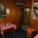 Interiér chaty s krásnými velkoformátovými fotografiemi zvířat